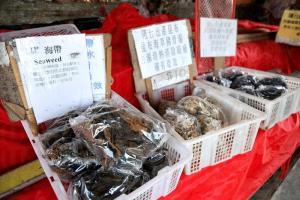 在大灣村海面撈取和曬乾的海帶昆布,就可在這裏買到。
