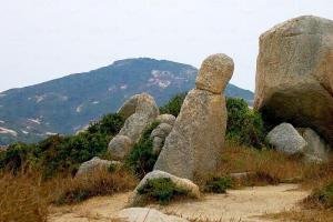 靈龜對面是僧人石,據說原名是「罾人(漁人)石」,因音形皆似而被誤作僧人石。