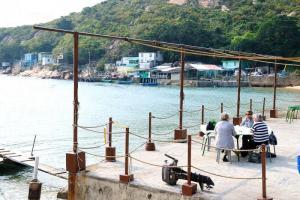 另一枱外國遊客亦在海邊用餐,整個悠閒寫意的氣氛,一點也不像身處香港。