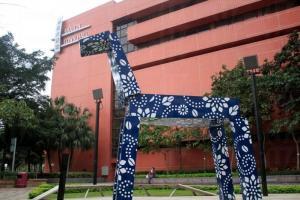 劉小康的作品 《幻彩神驅》以香港著名的賽馬活動為藍本。