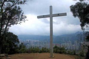 12 米高的十字架上寫有「成了」二字,無論是否教徒,來到此都會被其氣勢震懾。
