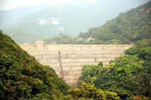 遠觀副水塘水壩猶如嵌於谷中,相當壯觀。