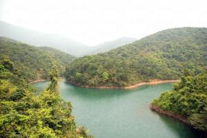 文物徑後段山水精緻,湖中小島與山脈匯聚而成的湖水交錯。