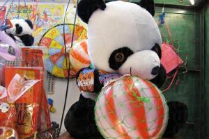 西瓜波與來自北京的小熊是鐵皮屋的標記。