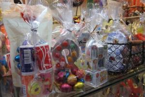除了糖果外,有些糖果包會附有懷舊玩具,如搖搖、發泡膠戰機等等。