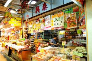 麥芽糖餅、川貝王皮乾、自家製花生糖、蠔豉和魷魚絲等都很受歡迎。