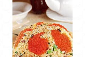 蟹籽食神炒飯,用料豐富,有蟹籽、鴕鳥肉、帶子粒、鮮魷、鹹魚蓉等,味道鮮甜,飯粒也炒得乾身不油膩,$88。