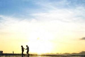 夕陽映照出一對對十指緊扣情侶的背影。