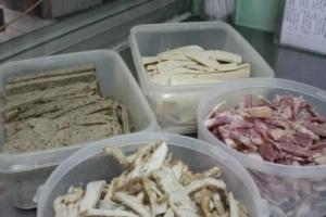 法式嚼肉(左)、鹹豬手肉(右)、五香腩肉(前)以及越南扎肉(後)。