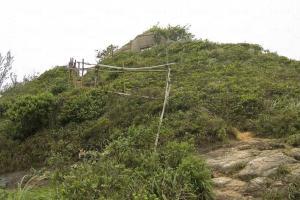 往魔鬼山炮台的一段頗為險要,需扶著踏石路走上。