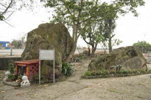 天后廟前的求子石形如男性畢圓,相傳可帶來子女。