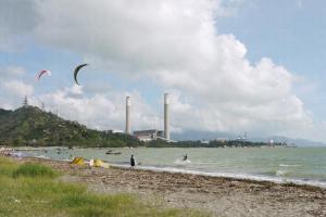 龍鼓灘海灣海岸線長而海面闊,好天之際風勢強而穩定,最適合玩花式滑水。