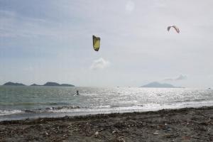 當日我亦看到 wakeboard 教練在水面,乘著清風輕易騰自轉出數個花式,站在海邊的我們一度看得心癢癢!