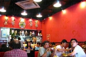 娘惹印尼菜鋪頭小小,周末來到難免要先排隊方能入座。