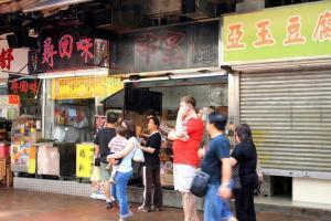串皇兩旁都有串燒店,唯獨是它門前排滿了等待的顧客。