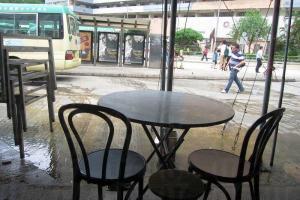 晚市旺場時,餐桌甚至會「蔓延」過去旁邊的巴士站。