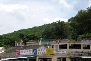 從碼頭向左手邊看過去,便會見到島上唯一海鮮酒家新漢記的招牌。