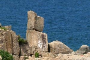 兩塊大石疊在一起如「呂」字一般,因而得名。
