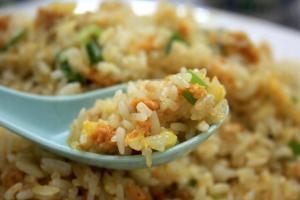 海膽炒飯的飯粒分明,加上蛋花與蔥花,香氣四溢。