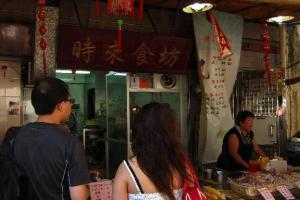 自問識飲識食的朋友必大概都曾吃過長洲鬧市的時來食坊,其出售的魚蛋之大,足可比媲乒乓球的 size 。