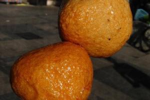 魚蛋大大粒又實肉,確是行街休閒的經典小食。
