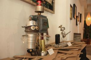 大以舊餐具等物料製作的機械人擺設,可愛之餘充滿創恴。