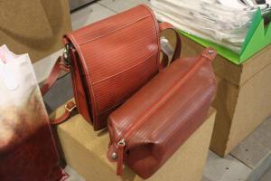 這個紅色袋看上去平平無奇,原來是以回收的消防喉所造!