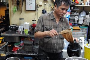 老闆每次都會示範沖奶茶藝術,茶迷可即席偷師。