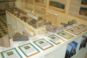 這個櫃中展出了馬屎洲的岩石,更有詳細講解各種岩石的特徵。(相片來源︰大埔地質教育中心  )