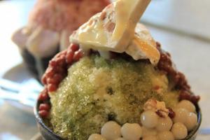 宇治金時以綠茶為主打,另加紅豆、小丸子以及雪米糍作為配料,將和風味帶到刨冰上。