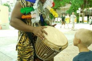 小朋友可跟 Artsmart 的表演者一起試玩非洲鼓。