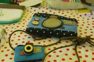 Helen 手做相機飾物,相機的鏡頭特意找來與真實鏡頭相似的鈕扣而製成。