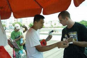 店主阿 Sam 會親自教遊客如何用小結他彈奏簡單曲目。