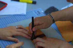 每課堂一般只有兩三位學員,Cysus 常常落手落腳協助學員完成作品。