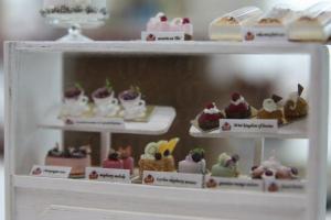 這個迷你的蛋糕櫃十分精緻,連每件蛋糕的名稱都能看得一清二楚。