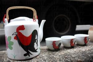 懷舊公雞圖案的貨品在這裏比比皆是,水壺擺出來不到半小時即被人買走。
