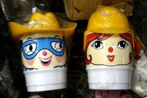 男孩女飛膠杯亦是懷舊小物,買一件少一件。(各$35)