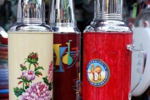 駱駝牌水壺是七、八十年代香港人家中必備品,保暖效果甚至可達48小時。(左與中︰$198)(右︰$268)