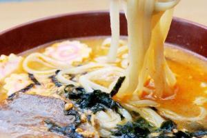 日式豬骨湯拉麵可額外加料,如長腳蟹、扇貝等等。