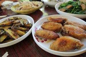 青瓜沙律清新惹味,雞翼煎得香脆不油膩,都是山澗會的招牌菜。