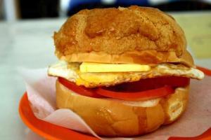 招牌菠蘿包夾有新鮮番茄和荷包蛋,吃起上來感覺有如吃三文治。