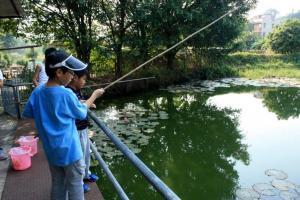 園內同樣設有魚池,雖然魚杆以竹枝製成,遊客亦可在此一試自己身手與耐性。