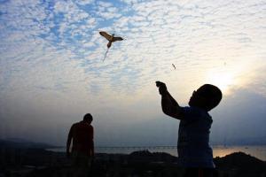 不時有邨內居民在此放風箏,寫意得不似在香港。(相片來源︰Max Wong)