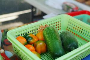 頤豐農場的有機甜椒與冬瓜十分搶手,不消一會己被熟客掃光。