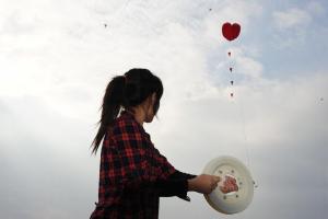 Haiven 教路:放風箏時盡量背風放線,讓從後來的風勁充滿風袋,讓風箏飛得更高。