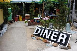 Diner 的前門很有趣,遠看只見到寫著 Diner 的招牌及一些植物散放在地上。