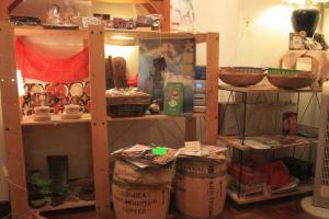 咖啡香房放滿北村小姐朋友寄賣的手作小物。