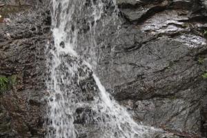 兩層高的瀑布水流急湍,響聲震耳,氣勢十足。
