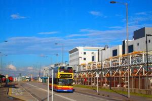 乘搭 S52 號巴士可以直達機場維修區。