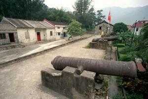 炮台上設有六支大炮,很有古裝片場景 feel。